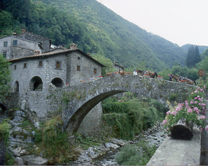 Ponte medievale in Toscana